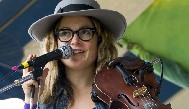 "Sara Watkins auf dem ""Clearwater River Revival Festival"" in Croton-on-Hudson, New York, USA. (imago  / ZUMA Press)"